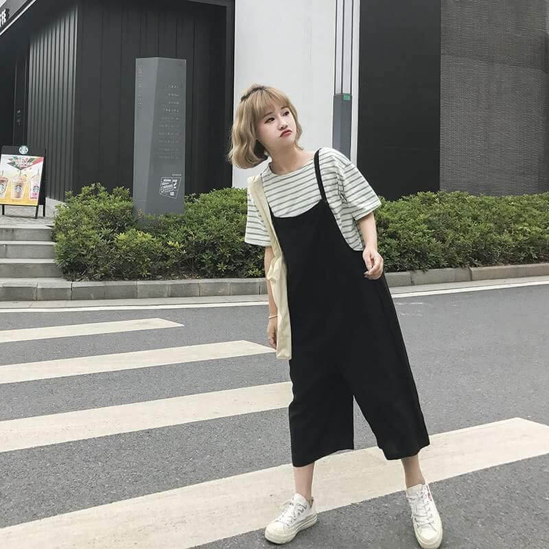 Áo thun form rộng và quần/váy yếm