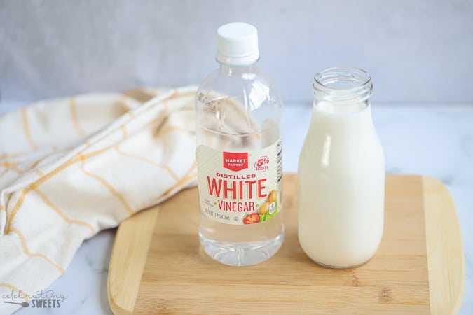 Trộn sữa tươi và giấm ăn để tẩy thâm kim trên quần áo